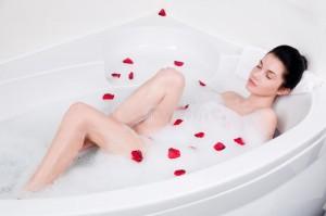 jovem-mulher-bonita-toma-o-banho-de-espuma-31427540