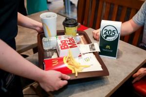 Poslu++ivanje za stolom_McDonald's